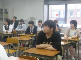 生徒たちも一生懸命耳を傾けています。