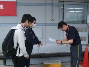 生徒二人が局員の方に感謝状を渡しているところ