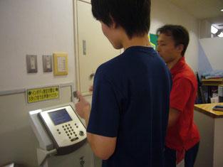 体内測定器を使って測定中。