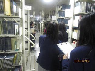 ここが図書館の裏舞台、倉庫です。レア物でいっぱいでした。