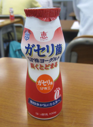 雪印社員の方が、雪印の乳製品を生徒一人ひとりにプレゼントしてくれました。