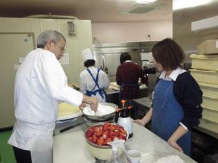 店長さんがウエディングケーキを作っているところです。