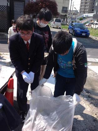 空き地にもたくさんのゴミがありました