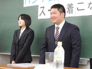 モデルの生徒たちがスーツを着用。かっこいいですよね。