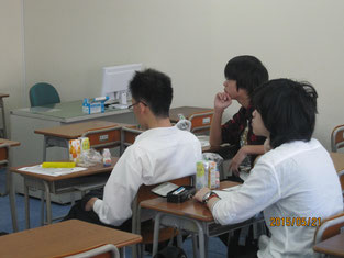 熱心に話しを聴く生徒たち。