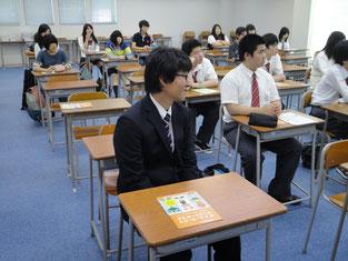 生徒たちは熱心に聴いています