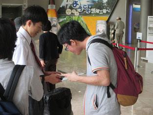 早速タブレットを駆使する生徒も。