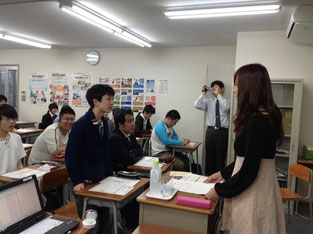質問タイム。ドキドキしながらも沢山の生徒達がはづきさんに質問していました。