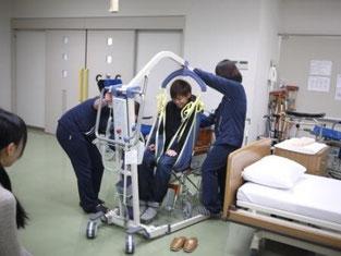 車椅子からリフトでベットに移動します。