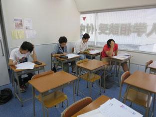 第一学院高校 柏キャンパスの教室で事前学習を行いました。真剣です。