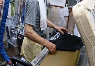 プレス機械はかなりの熱さと圧力で、手を挟むと大変です。