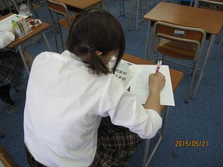 ワークシートを記入している生徒。
