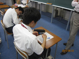 事前学習で調べるものをメモしていく生徒。