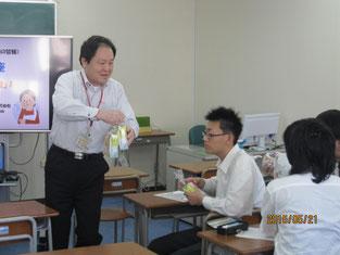 生徒たち一人ひとりにヤクルトを配る高田浩幸さん。