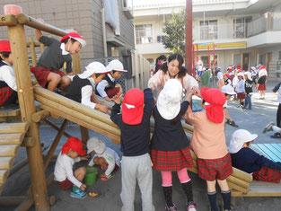 お外遊びでは多くの子どもに囲まれていました