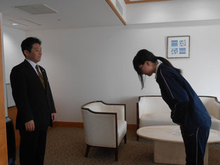 立ち方の姿勢とお辞儀の練習。細かいところまで見てくれています。