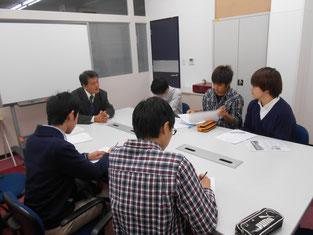 会議室で橋本さんから様々なお話を聞くことができました。