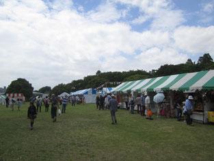 たくさんのテントが並び、出展してました。