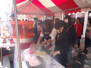綿菓子作成中…。忙しいけれど、みんなで協力!