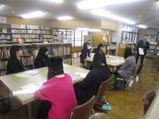 担当の方から図書館の概要や仕事の内容について説明を受けます。