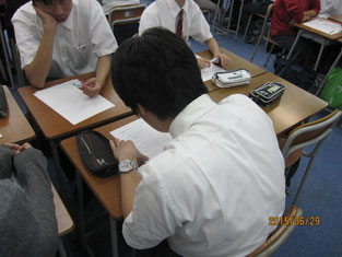 ワークシートに記入する生徒。