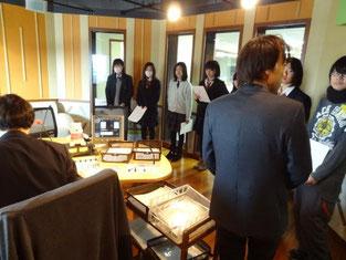 生放送の準備をしているスタジオを見学しました。