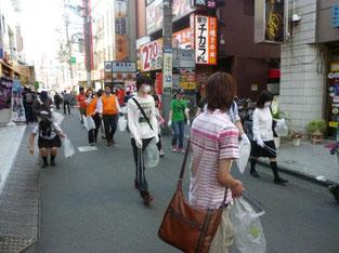 お店が多いところは人が集まるのでゴミも多いようです