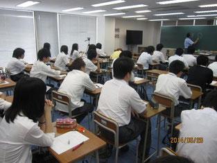 生徒たちを前に話す石見周三社長。