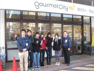 お店の前にて。店長の松井さん、副店長の下平さんと記念撮影。