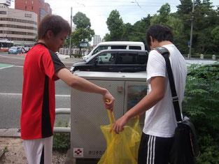 校舎周辺のゴミ回収の様子1