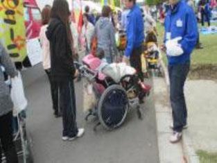 さっそく車椅子での介護のお手伝いをしました。車椅子の種類の多さにびっくり。