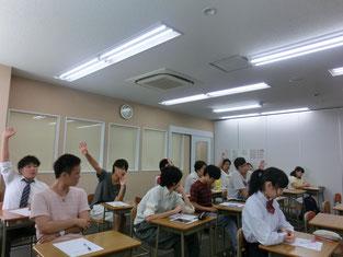 002 生徒が積極的に挙手するようす