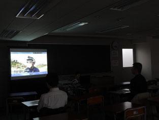 警察官の仕事を説明するDVDに生徒も真剣