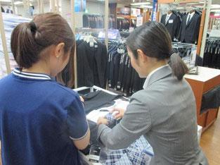 社員さんと一緒にコーディネート相談。テーマは「彼氏に着てもらいたいスーツ」。
