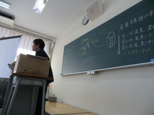 校外学習事前指導(現代社会分野)の指導を行う深澤教諭