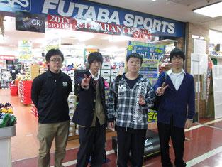 岡村店長と入り口で記念撮影。お忙しい中をありがとうございました。