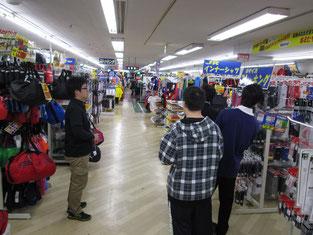 広い店内は、奥までサッカー用品が続きます