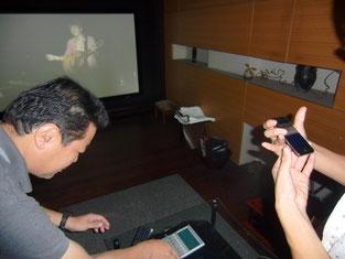 ケータイからアクセスした動画を転送し、大画面で楽しめる