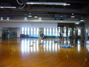 広いホールの掃除は一苦労。