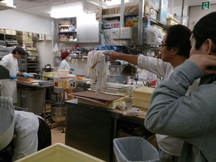厨房で働くスタッフの方々