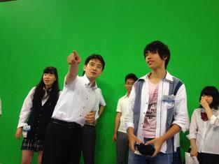 テレビ局の内部を生徒たちに説明する桜沢信司アナウンサー。