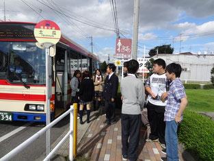 移動はバス。あまり乗りなれていない生徒もいました。
