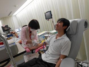 初めての献血、がんばっています。