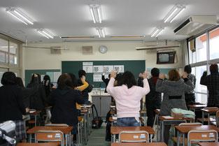 成田先生直伝の秘儀「天衝く体操」が全員起立で実演されました。将来、社会人になってから仕事中の気分転換に効果絶大とのことでした。