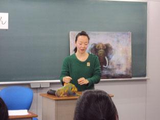 adoさん。黒板に飾ってあるゾウの写真はまるで生きているかのよう。