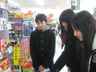 店内の様子を見学。取り扱い食品の多さ、特にお菓子の品揃えの多さにわくわく。