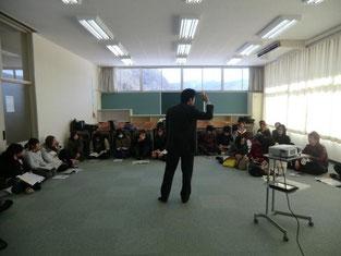 校外学習事前指導は、教室内での一体感を高める為の工夫として、生徒全員が車座になり絨毯に直に座って行われました。