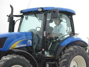 トラクターに乗って、馬場整備の手伝い