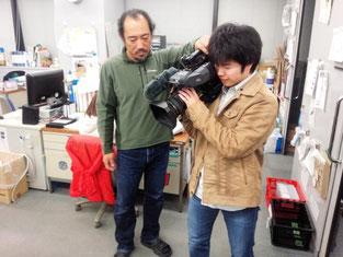 カメラ(重さ約7kg)を使って撮影練習