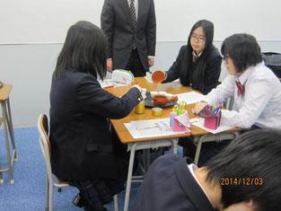 生徒たちのお茶の入れ方体験。